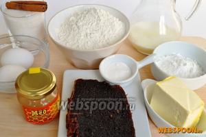 Приготовим продукты: муку, яйца, сахар, масло сливочное, молоко и специи. Мармелад использую сливовый домашнего приготовления густой, мёд натуральный.