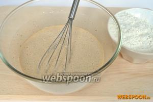 В немного остывшую смесь, добавим оставшуюся муку и замешаем тесто. Муки может уйти немного больше, тесто не должно сильно липнуть.