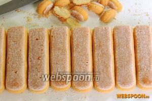 Печенье обрежем с одного конца по 1,5 см, чтобы оно могло стоять.