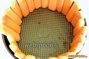 Выкладываем печенье стоя по кольцу разъёмной формы.