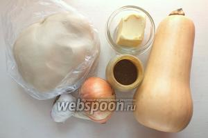 Подготовьте основные ингредиенты: тесто, тыкву, масло, специи, лук и чеснок.