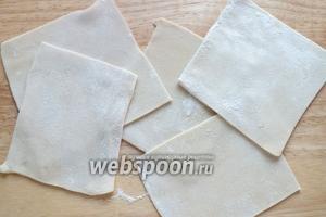 Раскатайте тесто толщиной примерно 2 мм, и нарежьте на квадраты.