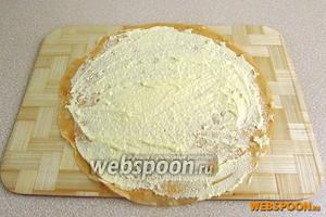 Поджаренную сторону блинчика смазать слегка взбитым сырым яйцом и покрыть тонким слоем творога.