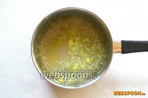 Сок и цедру лимона добавляем в сахарный сироп.