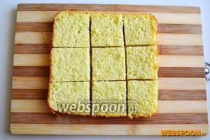 Второй корж разрежьте на ровные квадраты.