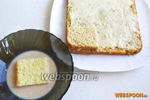 Налейте в широкую пиалу ликёр Бейлис и, смачивая в нём по очереди каждый квадратик, выкладывайте средний слой торта.