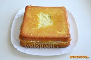 Положите на торт последний третий корж пропитанной стороной.