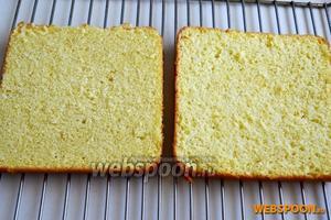 Разрежьте бисквит на 3 ровных коржа. Я пользуюсь специальной нитью для бисквитов.