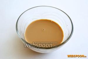Приготовим пропитку: 50 мл ликёра «Бейлис» смешайте с 50 мл горячего растворимого кофе.