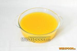 Отдельно выжимаем сок из цитрусов. Вливаем в остывший сироп.