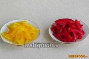 Плоды сладкого перца очистить от плодоножек и семяносцев с семенами, разрезать на четвертинки, а затем каждую четвертинку нашинковать соломкой.