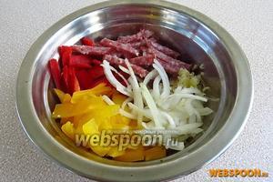 В миске соединить перец, салями, лук и чеснок.