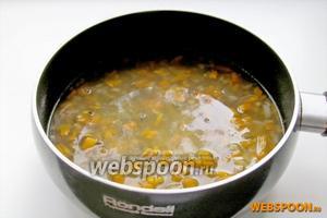 Рис с машем снова залить водой, чтобы вода покрыла крупу на 1 см. Посолить и поперчить по вкусу. Некоторые хозяйки сразу наливают всю воду вместе с машем, тогда каша получится не рассыпчатой. Кому как нравится. Варим под крышкой до полного выкипания воды и мягкости риса.