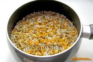 Каша из маша и риса готова. Попробуйте её на соль и можно подавать. Такую же кашу готовят с мясом. Подают обычно с йогуртом и жаренным в томате луком. Можно использовать как обычный гарнир. Приятного аппетита!