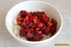 Пока остывает рис подготовленную клубнику нарезать на 2-4 части. Добавить ломтики ягод к уже тёплому рису.