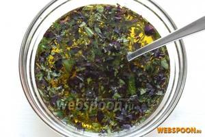 В отдельной миске смешайте масло и травы.