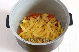 Добавить почищенный и порезанный брусочками картофель.