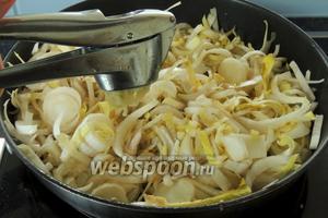 И помещаем его в ту же сковороду. Выдавливаем чеснок, солим и обжариваем на среднем огне около 5 минут.