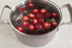 В кастрюлю налить чистую воду, поместить сахар и подготовленные плоды.