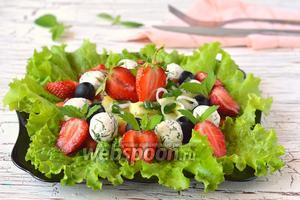 Салат с клубникой и творожно-чесночными шариками