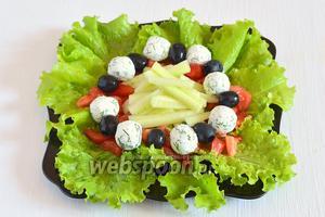 На помидоры выложить чередуя маслины и творожные шарики.
