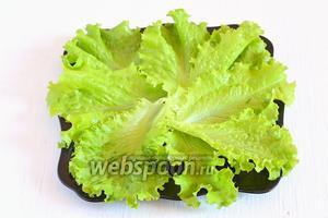 На тарелку выложить помытый салат.