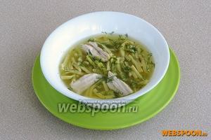 При подаче положить в тарелку кусочки курицы, залить бульоном с лапшой и посыпать измельчённой зеленью укропа.