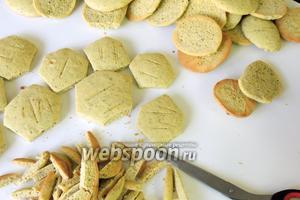 Печенье обрежем по сторонам, придавая форму 6-угольника. 4 немного продолговатые печенья и 1 круглое оставим для ножек и головы.