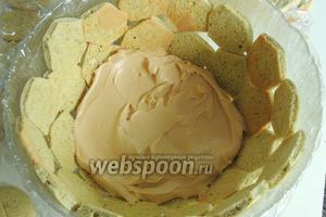Половину крема выкладываем на печенья.
