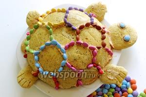 Украсим конфетами (цветными драже), вставляя их в крем по окружности печенья. Можно дополнительно по желанию ещё украсить. Приятного аппетита!