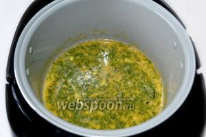 Заливаем яичной смесью обжаренные стрелки, закрываем крышку мультиварки и включаем программу «Выпечка». По умолчанию она устанавливается на 1 час, но омлет будет готов через 30 минут.