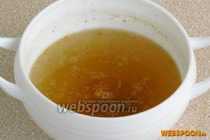 Соединить желатин с оставшимся бульоном и распустить на водяной бане, а затем остудить до комнатной температуры.