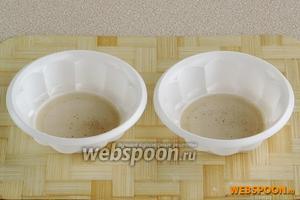 В формочки для заливного налить по столовой ложке желирующего раствора и дать слегка застыть в холодильнике.
