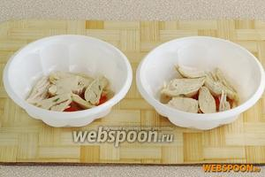 Поверх овощей разложить курицу.