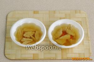 Залить формочки оставшимся желирующим раствором и поставить для застывания в холодильник.