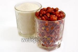 Для приготовления варенья возьмём ягоды земляники и сахар. Отмерим стаканами количество земляники и сахара в соотношении 3:1.