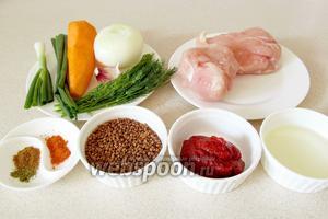 Для приготовления гречки по-купечески нам понадобятся такие продукты: куриное филе, гречневая крупа, лук, морковь, чеснок, зелёный лук, томатная паста, специи по желанию.