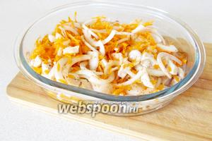 В форму для запекания налить растительное масло и положить куриное филе. Сверху выложить лук и морковь. Посолить и сдобрить специями по вашему вкусу. Поставить стеклянную форму в холодную духовку. Температуру включить до 220-230°C и готовить 15 минут. Можно открывать духовку и перемешивать содержимое.