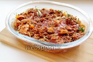 Залить разведённой томатной пастой и ещё добавить 1,5 стакана тёплой воды, чтобы покрыла гречку.