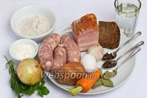 Основные ингредиенты: ржаная мука, ржаной хлеб, копчённая грудинка, колбаса, картофель, морковь, куриные яйца, лук, чеснок, кипячённая вода, чёрный перец горошком, гвоздика, лавровый лист, укроп, сметана и петрушка.