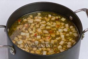 Затем в бульон добавляем содержимое сковородки (лук, морковь, грудинку) и варим ещё 10 минут.