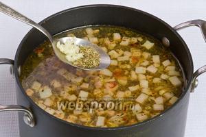 Далее добавляем в суп оставшуюся половину чеснока и 0,5 ч. л. майорана, варим 4 минуты. Суп готов.