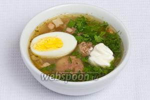 Перед подачей на стол кладём в каждую порцию супа половинку яйца, нарезанную петрушку с укропом и сметану.