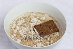 Затем в муку с кипятком добавляем кусочек ржаного хлеба.