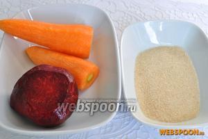 Почистить морковь и свёклу для приготовления сока, приготовить сахар для обсыпки. Мелкий коричневый прекрасно подошёл.
