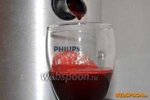 Отжать свекольный сок, если у вас нет соковыжималки, то натрите овощи на тёрке и отожмите сок через марлю.