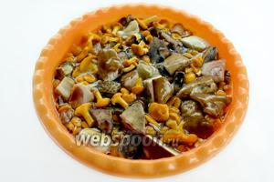 Грибы тщательно перебираем, удаляем сор и загрязнения, выбрасываем червивые, если случайно попались. Крупные грибы разрезаем на несколько частей (не мелко) и всё промываем в большом количестве воды.