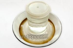 Накрываем грибы подходящей по диаметру тарелкой и сверху ставим груз, например, банку с водой, чтобы выступила жидкость. После остывания убираем в холодильник. Если грибов много, под тарелку кладём марлю. Она будет собирать появляющийся плесневелый налёт, и её нужно периодически промывать и ошпаривать кипятком.