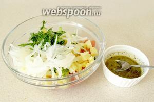 Добавить в салат маринованный лук и полить заправкой. Хорошо перемешать.