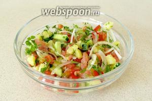 Салат из сёмги с овощами готов.